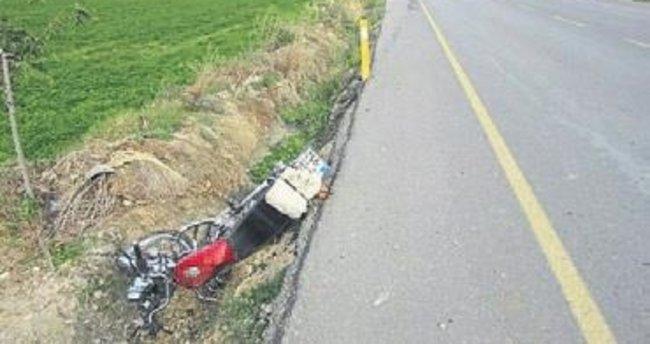 Motosiklet aracın altında kaldı: 1 ölü