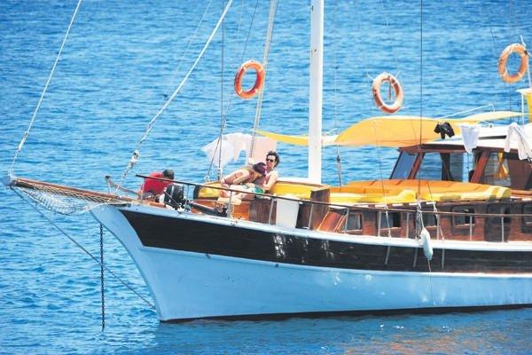 Hande Yener ile sevgilisinin tekne sefası