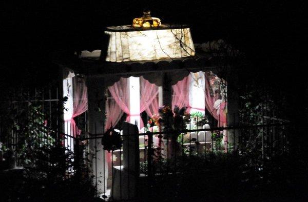 Mezarında 12 yıldır ışık yanıyor