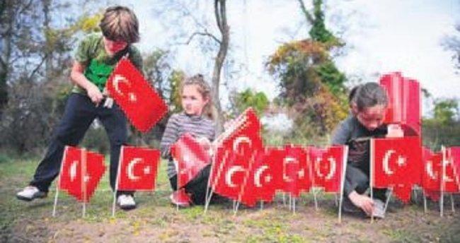 Türk bayraklarıyla Ata'nın siluetini yaptılar