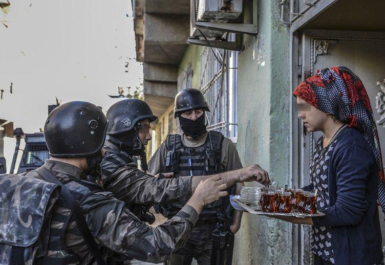 Diyarbakır'da vatandaşlar polise çay ikram etti!