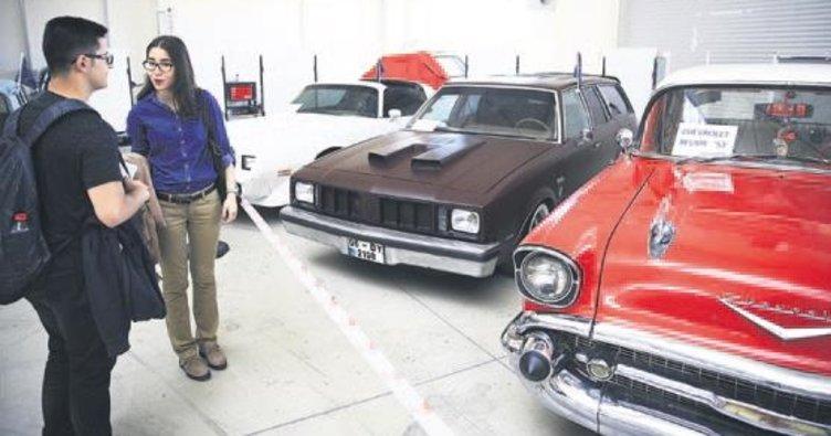 Öğrencilerden klasik otomobil sergisi