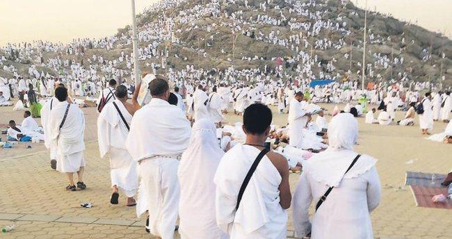 2 milyon hacı adayı Arafat'ta