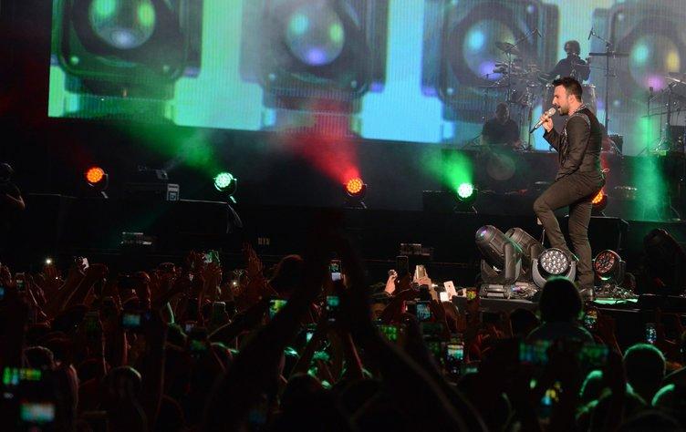Tarkan konserde hayranlarına cep telefonunu yasakladı