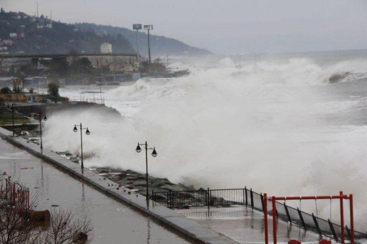 Rize'de dev dalgalar yolu kapattı