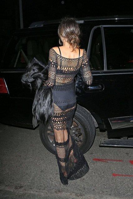 Geceye bu elbiseyle katıldı
