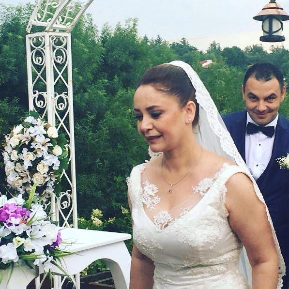 Ünlü oyuncu lise aşkıyla evlendi