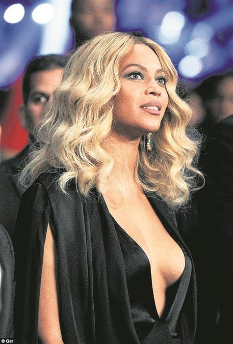 Beyonce dekoltesiyle nefes kesti