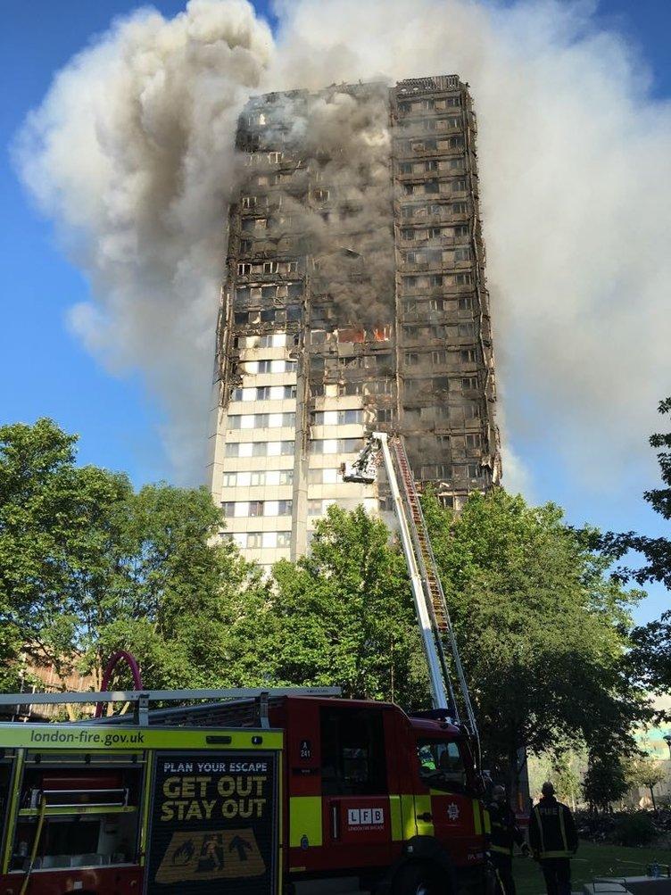 Londra'da yanan 27 katlı binada çok sayıda ölü var