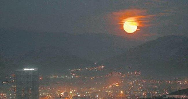 'Süper Ay'ı görüntülemek için Spil Dağı'na çıktılar