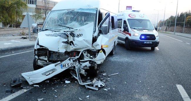 Öğrenci servisi TIR'a çarptı: 18 yaralı