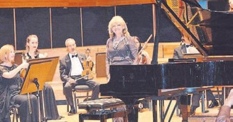 Piyanoyu kanserli çocuklar için çaldı