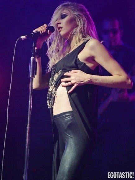 Taylor Momsen sahnede yine dağıttı