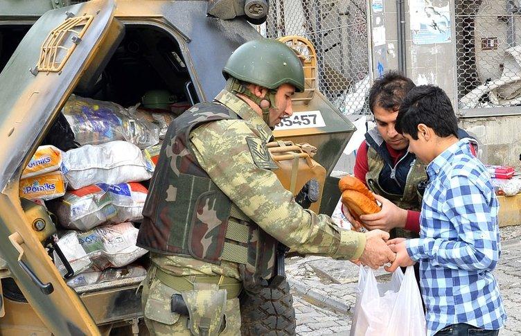 Silopi'de asker yiyecek dağıttı
