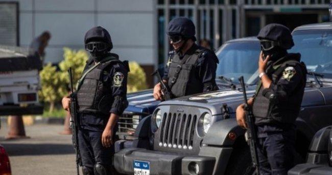 Mısır polisi Erdoğan'a hakaret içeren posterleri indirdi