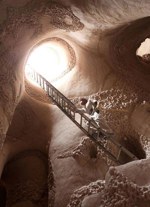 Mağarayı sanat eserine çevirdi
