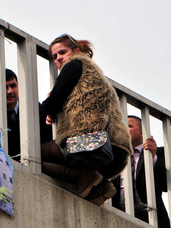 İntahar eden kadını kıyafetinden yakaladı