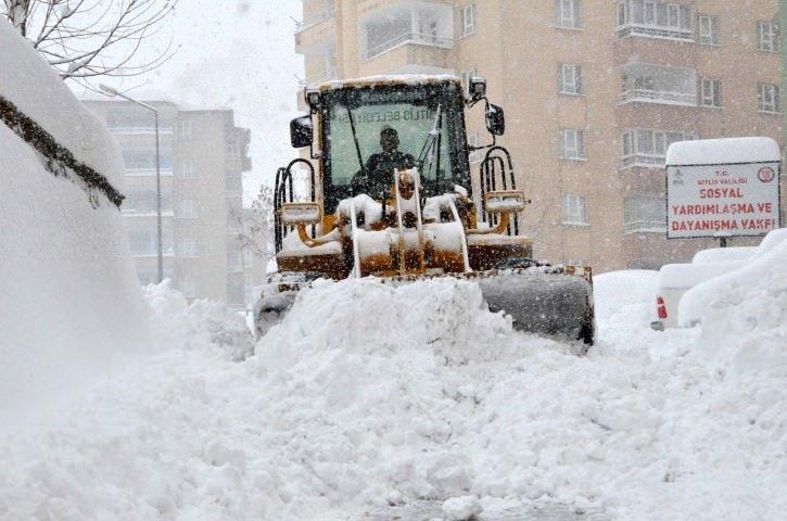 Bitlis'te evler kar altında
