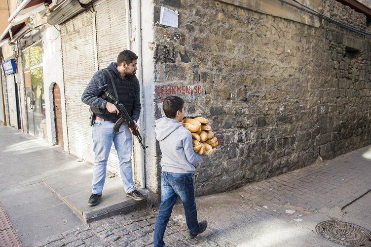 Özel Harekat Sur'da halka ekmek dağıttı!