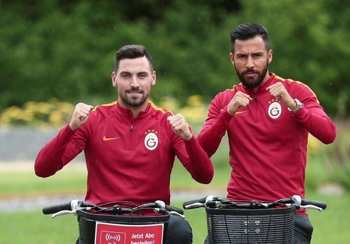Galatasaraylı futbolcular taraftarla tartıştı!