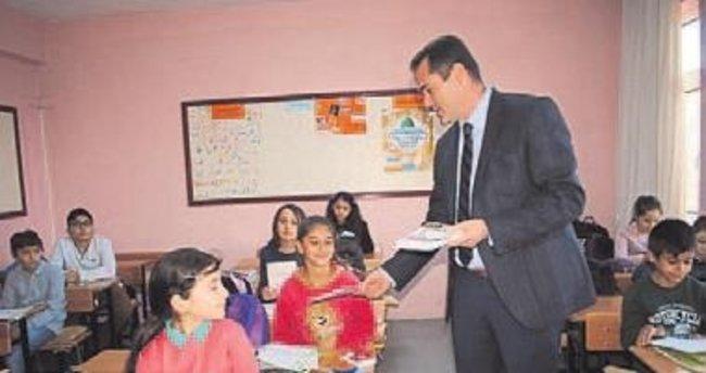 Öğrencilere bütçe defteri dağıtılıyor