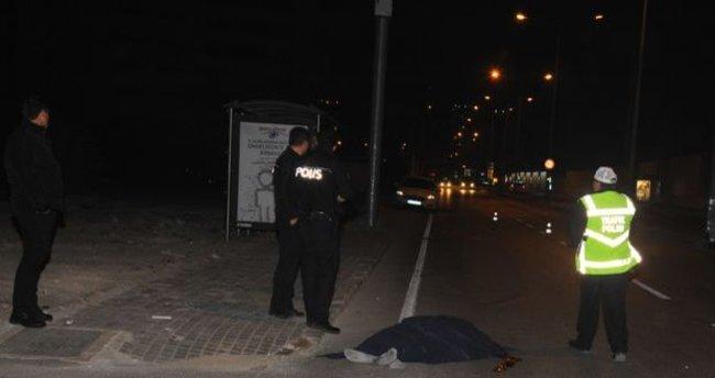 Cadde ortasında yatan adama araç çarptı