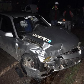 Servis minibüsü otomobille çarpıştı: 8 yaralı