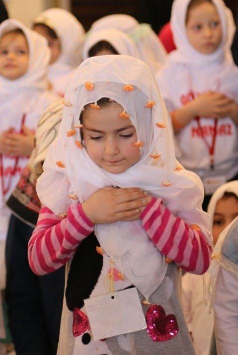 520 çocuk camide namaza durdu