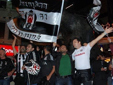 Beşiktaş taraftarı sokağa döküldü