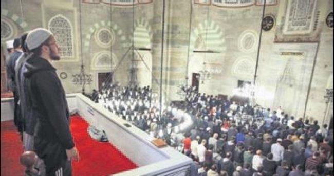 Demokrasi şehitlerine sabah namazında dua