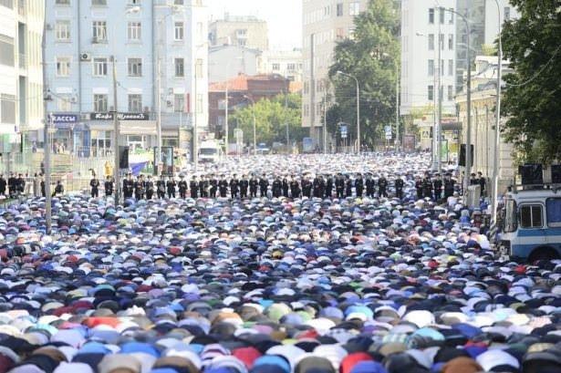 Moskova'da polis kordonunda bayram namazı