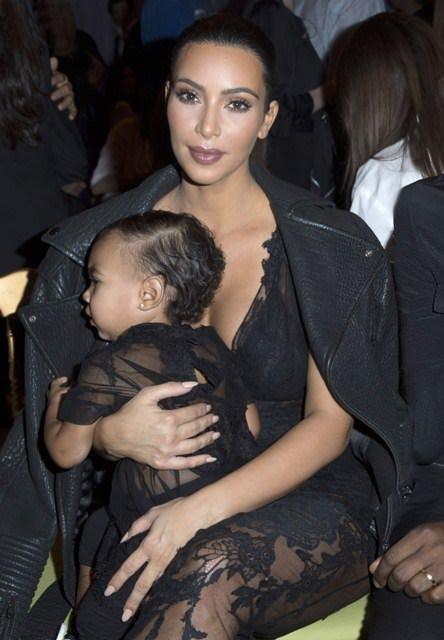 Kim Kardashian kızını da kendine benzetti