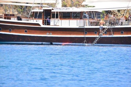 Arda Turan günlüğü 22 bin TL'lik teknede tatil yapıyor