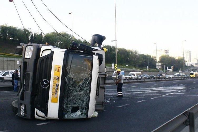 Devrilen çöp kamyonu trafiği felç etti