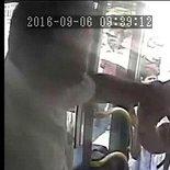 Metrobüs şoförünün yolcuyu bıçakladığı an kameraya böyle yansıdı