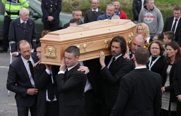 Jim Carrey sevgilisinin tabutunu omuzlarında taşıdı