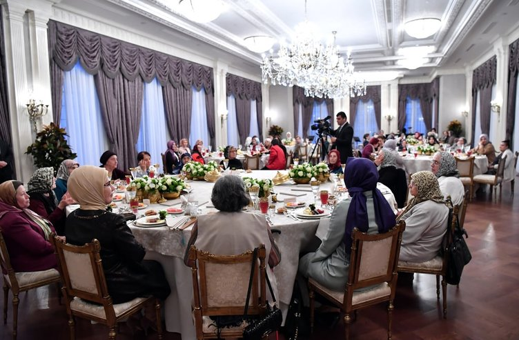 Emine Erdoğan, Cumhurbaşkanlığı Külliyesi'nde huzurevi sakinleri iftarda bir araya geldi.
