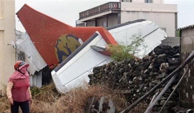 Tayvan'daki uçak kazasından 10 kişi kurtuldu