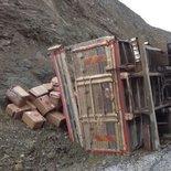 Balıkesir'de dinamit yüklü kamyon devrildi