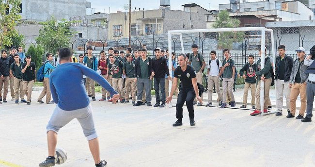 Polisten önce operasyon sonra öğrencilerle maç