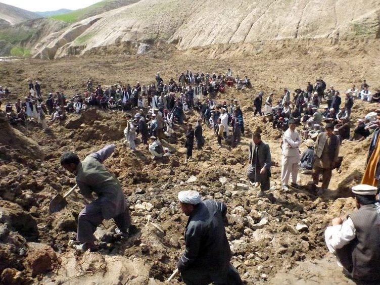 Afganistan'da heyelan bir köyü yuttu