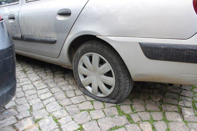50'ye yakın aracın lastiğini kesildi