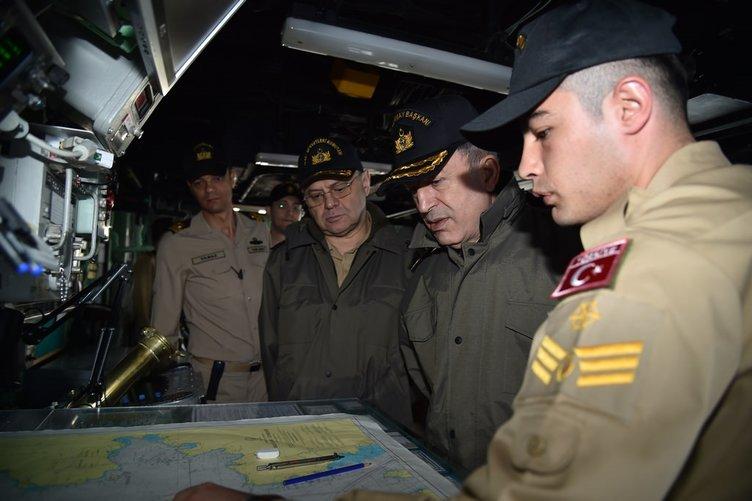 Orgeneral Akar geceyi denizaltında geçirdi