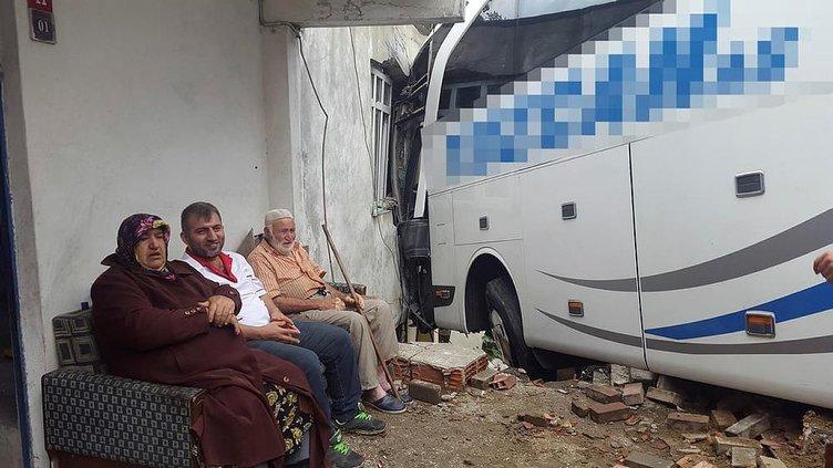 Otobüs gecekonduya girdi