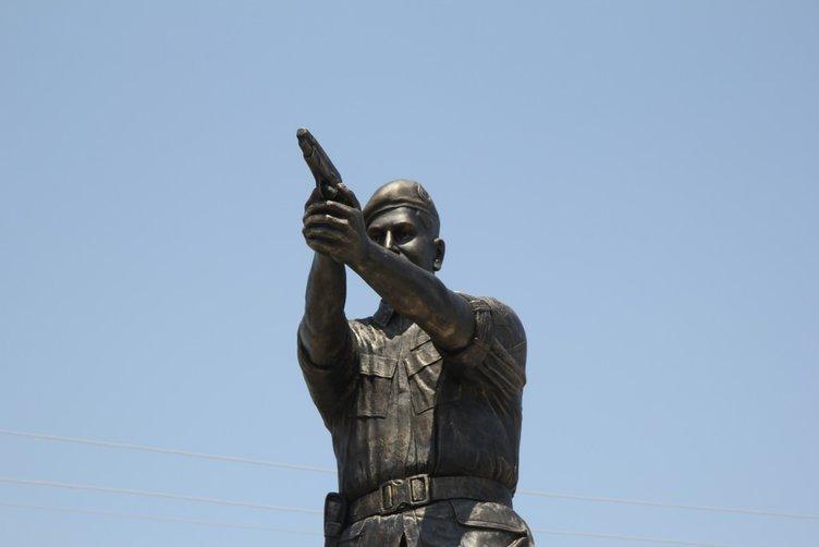 Kahraman asker Ömer Halisdemir'in heykeli dikildi