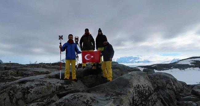 Türk bilim adamları Antarktika'ya Türk bayrağını dikti!