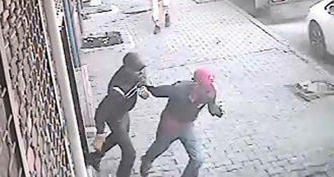 Dükkanına gelen hırsızları silahla böyle kovaladı