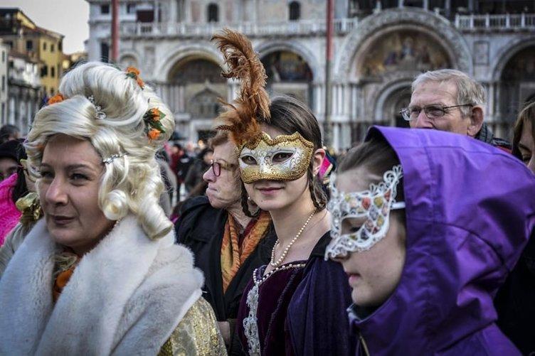 Maskeler takıldı karnaval başladı