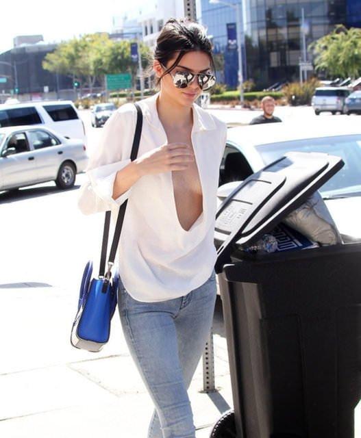 Kendall Jenner göğüs dekoltesini sevdi