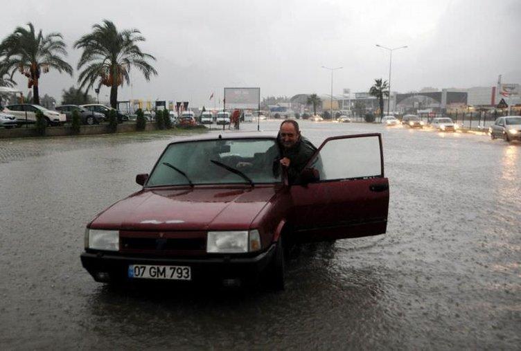 Antalya'da şiddetli yağış yaşamı felç etti